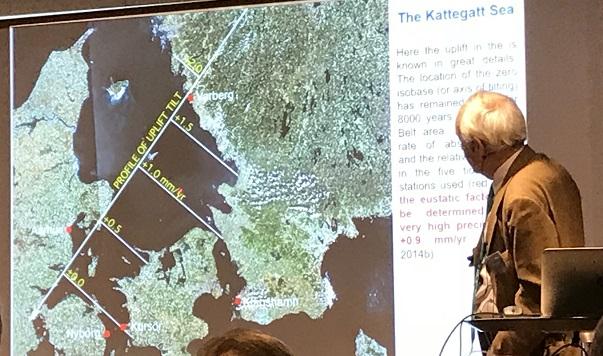 751307c94a3 Här visar han hur man forskar på havsnivåförändringar i Kattegatt. På  kartan ser man hur landhöjningen ser ut i detta område. Längst ned mellan de  stora ...